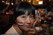 幻灯:宁波荷兰球迷欢呼进球 女球迷摆胜利手势