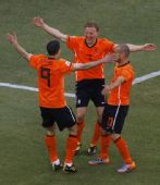 图文:荷兰队战胜丹麦队 库伊特庆祝得分