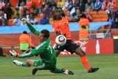 图文:荷兰队战胜丹麦队 埃利亚射门