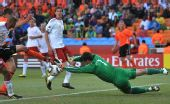 图文:荷兰队战胜丹麦队 索伦森侧扑救险