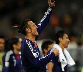 图文:日本一球小胜喀麦隆 田中斗莉王举手