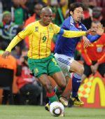 图文:日本一球小胜喀麦隆 埃托奥进攻困难