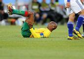 图文:日本一球小胜喀麦隆 埃托奥被撂翻在地