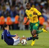 图文:日本一球小胜喀麦隆 埃马纳突破进攻