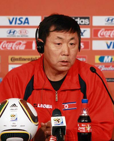 朝鲜队主教练金正勋出席发布会