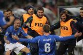 图文:意大利VS巴拉圭 德罗西与队友庆祝进球