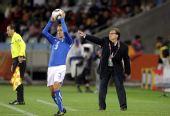 图文:意大利VS巴拉圭 马蒂诺指挥比赛