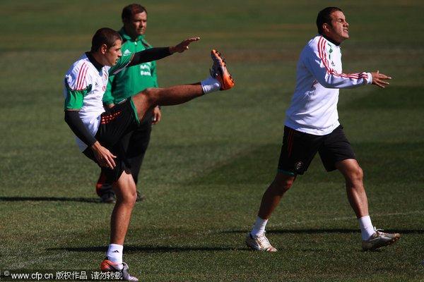 图文:墨西哥队备战训练世界杯 拉伸训练