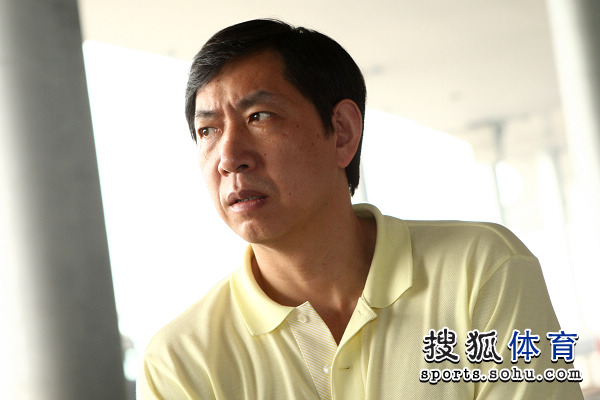 图文:王宝泉携中国女排回国 王宝泉教练