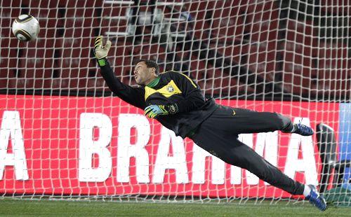 图文:巴西备战体验欢乐足球 守门员训练