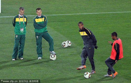 图文:巴西备战体验欢乐足球 邓加指导队员