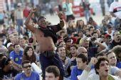 图文:意大利巴拉圭球迷面面观 球迷兴奋起立