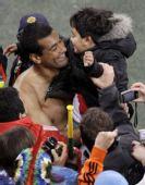图文:意大利战平巴拉圭 阿尔卡拉兹抱起小球迷