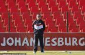 图文:塞尔维亚训练备战 教练场边观战