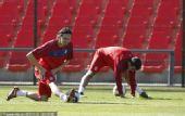 图文:塞尔维亚训练备战 压腿训练