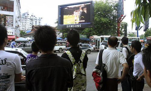大街上的巨型电视
