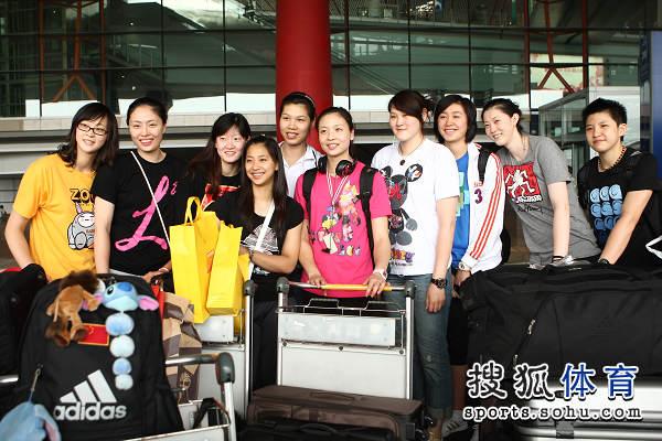 中国女排机场休闲装合影