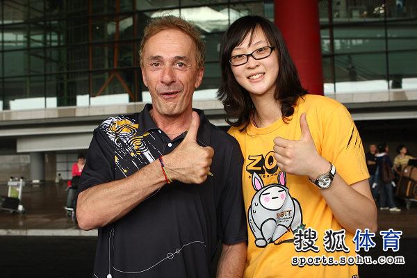 图文:中国女排瑞士赛夺冠回国 惠若琪与奥利佛