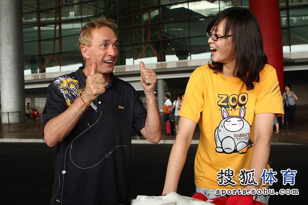 图文:中国女排瑞士赛夺冠回国 法国主持奥利佛