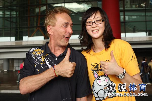 图文:中国女排瑞士赛夺冠回国 奥利佛赞女排