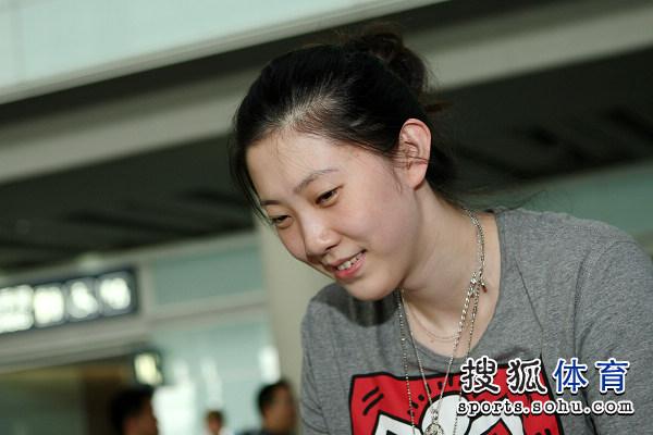 图文:中国女排瑞士赛夺冠回国 薛明美丽笑脸