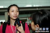 图文:中国女排瑞士赛夺冠回国 魏秋月接受采访