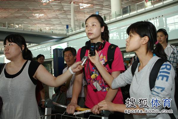 图文:中国女排瑞士赛夺冠回国 魏秋月最受关注