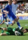 图文:新西兰1-1斯洛伐克 帕斯顿倒地救球
