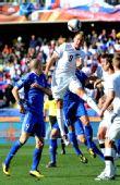图文:新西兰1-1斯洛伐克 斯梅尔茨争顶头球