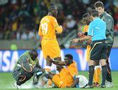 图文:科特迪瓦VS葡萄牙 图雷受伤接受治疗