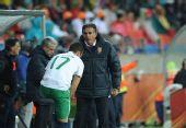 图文:科特迪瓦VS葡萄牙 奎罗兹给队员布置战术