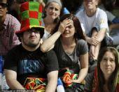 幻灯:葡萄牙队球迷本土观战 美女球迷难掩失望
