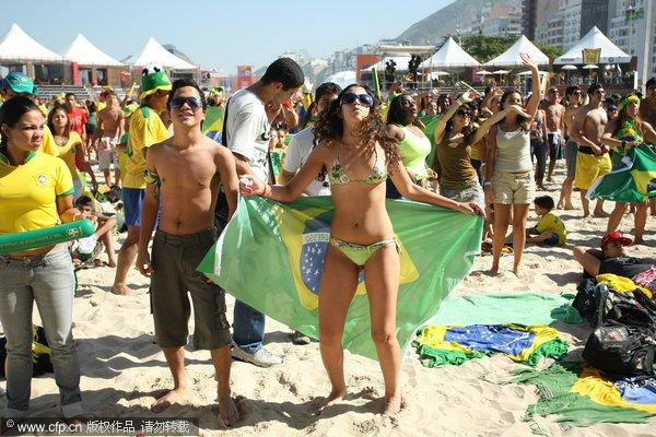 幻灯:比基尼美女助阵巴西队