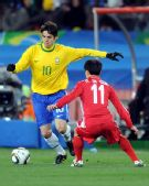 图文:小组赛巴西VS朝鲜 文仁国防守卡卡