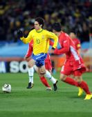 图文:小组赛巴西VS朝鲜 卡卡带球突破