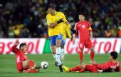 图文:小组赛巴西VS朝鲜 梅洛突破两朝鲜队球员