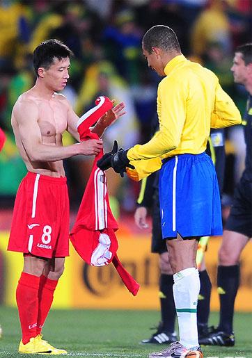 双方球员在赛后交换球衣