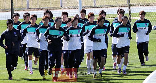 韩国队员不惧寒冷戴手套训练
