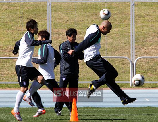 韩国队员投入训练