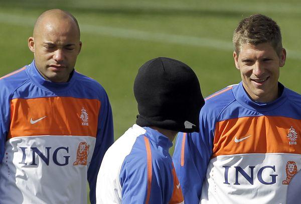 图文:荷兰队积极备战世界杯 斯内德的怪异帽子