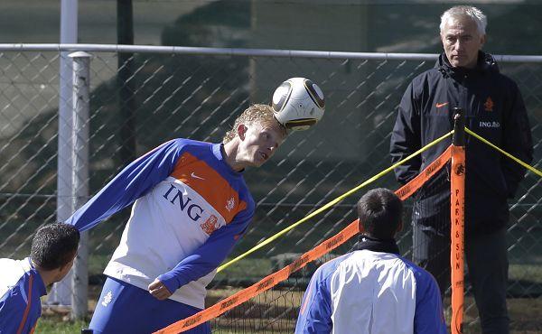 图文:荷兰队积极备战世界杯 库伊特头球