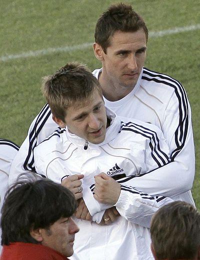 图文:德国队备战世界杯 克洛泽和马林玩抱抱