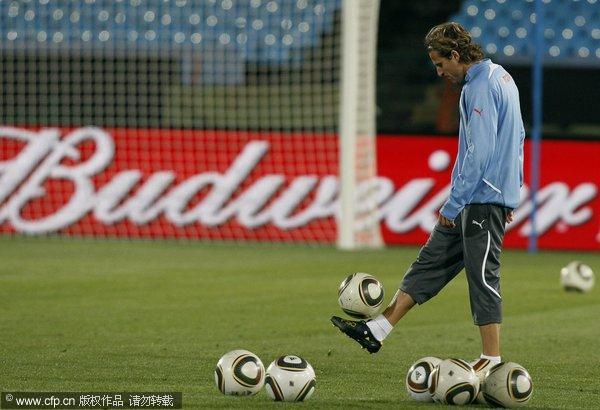图文:乌拉圭训练备战 弗兰颠球