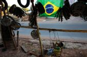 图文:巴西粉丝钟情足球 高高挂起的巴西国旗