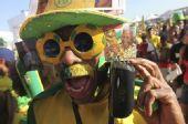 图文:巴西粉丝钟情足球 巴西大叔搞怪
