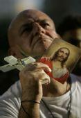 图文:巴西粉丝钟情足球 球迷祈祷胜利