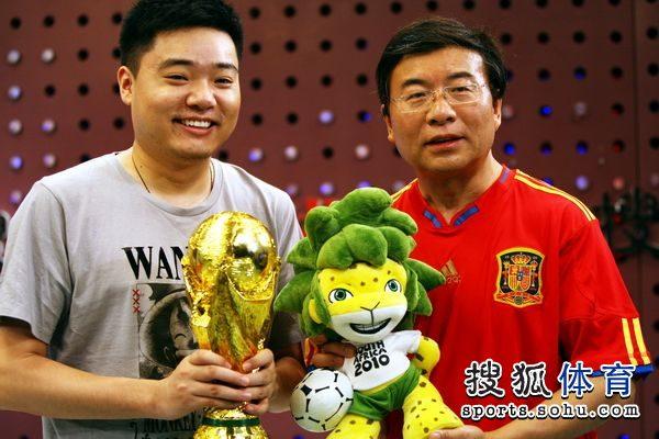 图文:丁俊晖韩乔生畅谈世界杯 与大力神杯合影