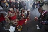 幻灯:南非次战乌拉圭 当地特色祈祷为球队祝福