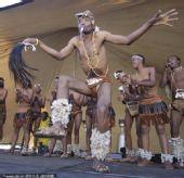 幻灯:A组次轮南非VS乌拉圭 南非民众跳舞预热