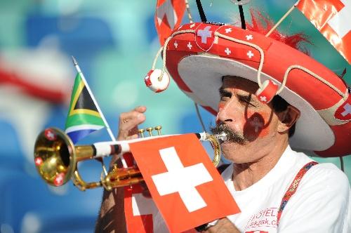 西班牙/图文:小组赛西班牙VS瑞士瑞士球迷吹喇叭